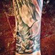 Justin Bieber posta foto de sua tatuagem na perna esquerda
