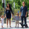 Matthew McConaughey é flagrado passeando com a mulher, Camila Alves, ainda grávida de Livingston, e os filhos Levi e Vida, de 4 e 2 anos, respectivamente