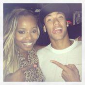 Roberta Rodrigues encontra Neymar em boate e manda recado para Bruna Marquezine