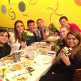 Preta Gil ganha flores em jantar com Carolina Dieckmann, Ivete Sangalo e outros amigos, no Rio