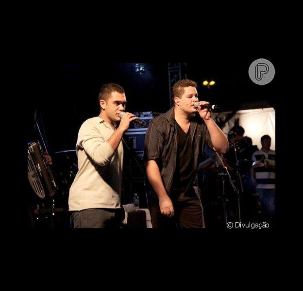 O cantor Thiago, à esquerda, canta junto ao seu primo e parceiro, Pedro Leonardo, que sofreu algumas cirurgias após acidente automobilístico em Minas Gerais