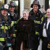 Sharon Stone posa com bombeiros e namora nos bastidores do filme 'Fading gigolo'