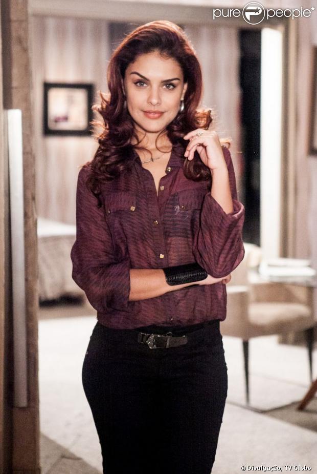 Nos últimos capítulos de 'Salve Jorge', Rosângela (Paloma Bernardi) consegue escapar da polícia com o consentimento de Morena (Nanda Costa)