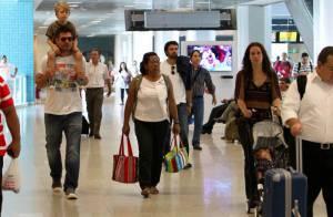 Thiago Lacerda carrega o filho mais velho nos ombros em aeroporto do Rio