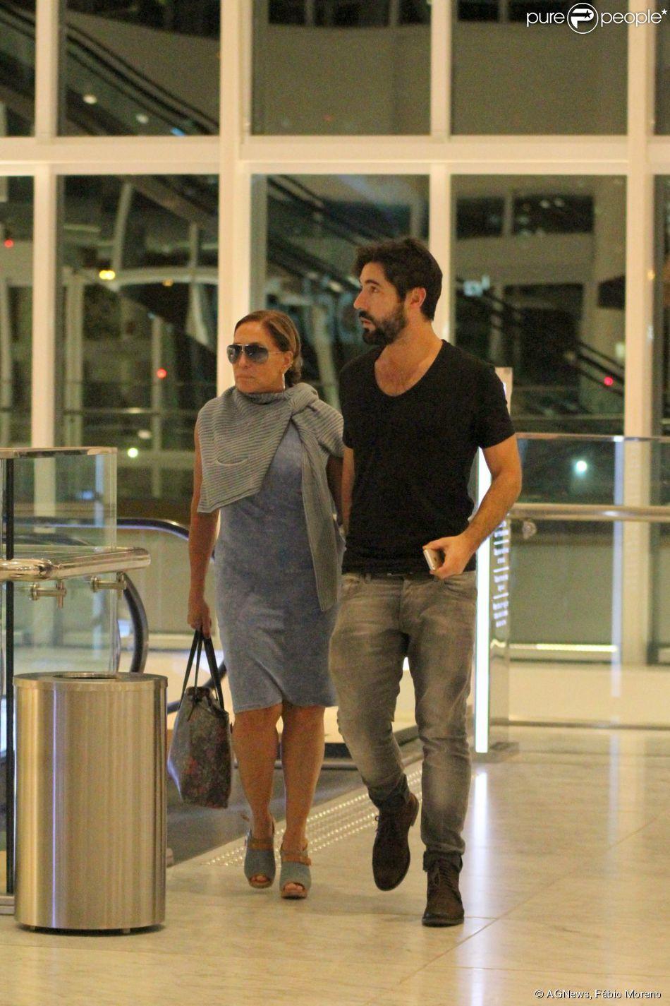 Susana Vieira sai para jantar com o namorado, Sandro Pedroso. Casal também foi ao cinema no shopping VilageMall, na Zona Oeste do Rio de Janeiro, na noite desta quarta-feira, 1º de abril de 2015