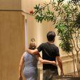 Susana Vieira e o namorado, Sandro Pedroso, que reataram o relacionamento em janeiro de 2015, caminham abraçadinhos em shopping no Rio