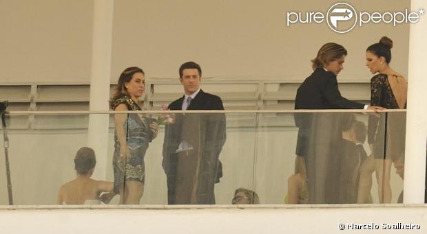 """Grande parte do elenco aproveitou o casamento de Helô e Stenio, em """"Salve Jorge"""", para se despedir"""