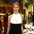 Laura Neiva vai à lançamento de moda em São Paulo