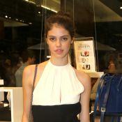 Laura Neiva, namorada de Chay Suede, marca presença em evento de moda em SP