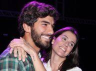 Deborah Secco abraça o namorado em estreia de peça: 'Conversamos sobre tudo'