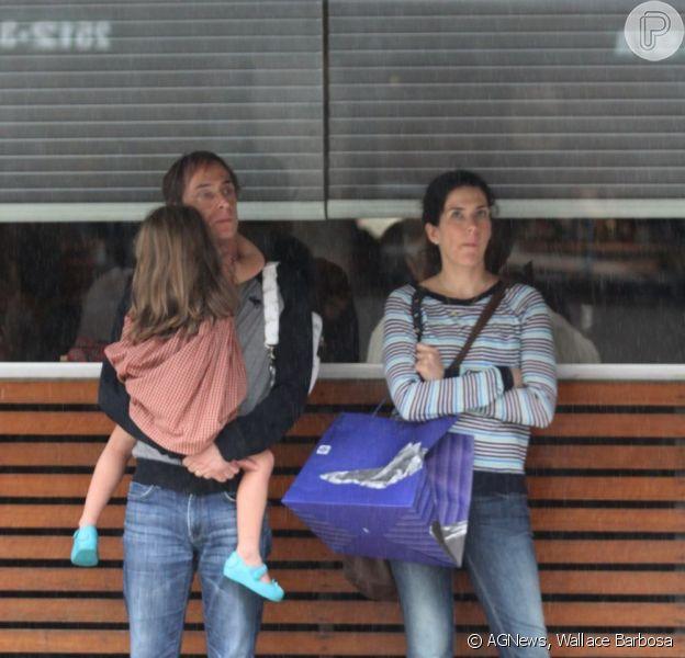 Pedro Cardoso foi a restaurante do Leblon, no Rio, com a mulher, a atriz Graziella Moretto, e a filha caçula, Mabel, em 18 de maio de 2013