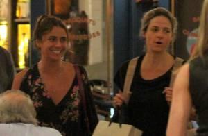 Giovanna Antonelli se diverte com amigas em jantar em shopping no Rio