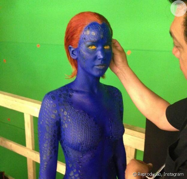 Jennifer Lawrence usa maquiagem azul e lente amarela para dar vida à mutante Mística, em 'X-Men: Dias de um Futuro Esquecido', em foto compartilhada nesta terça-feira, 21 de maio de 2013