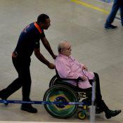 Jô Soares embarca em aeroporto do Rio de Janeiro usando cadeira de rodas