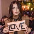 Maria Casadevall posa com bolsa estilosa em festa de 'I Love Paraisópolis'