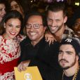 Elenco posa ao lado do diretor Wolf Maya, na festa de lançamento da  novela 'I Love Paraisópolis'