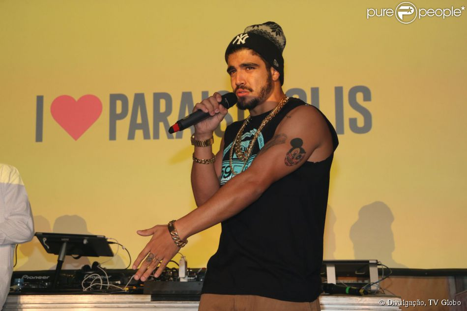 Caio Castro banca o repórter na festa de lançamento de 'I Love Paraisópolis', nesta quarta-feira, 29 de abril de 2015