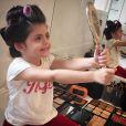 Carol Celico compartilhou uma foto da filha maquiada e com bobes no cabelo antes da festa de aniversário