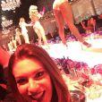 Elaine Mickely se divertiu com o show de dança: 'Jantar cheio de surpresas! Maravilhoso'