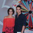 Isabella Santoni e Rafael Vitti foram juntos à festa dos 50 anos da Globo
