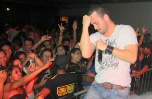 Rodrigo Andrade, também cantor sertanejo, faz dança sensual em show no Pará