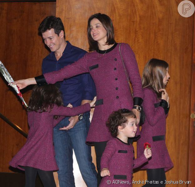 Filhas de Rodrigo Faro usam roupas iguais às da mãe, Vera Viel, em almoço, neste domingo, 10 de maio de 2015