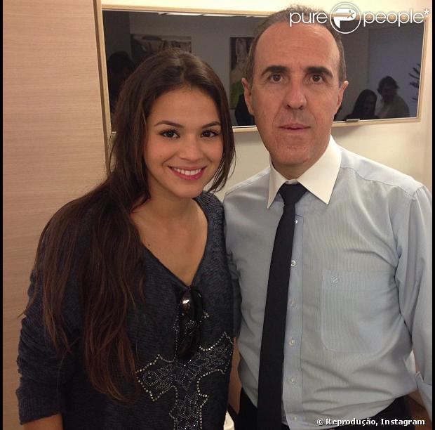 Bruna Marquezine acompanha Neymar na assinatura de contrato com o Barcelona. Na foto, a atriz posa com Wagner Ribeiro, empresário do namorado