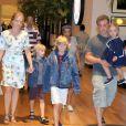 Os três filhos de Angélica e Luciano Huck, Joaquim, Benício e Eva, tiveram alta do Hospital Albert Einstein, em São Paulo, na noite deste domingo, 24 de maio de 2015