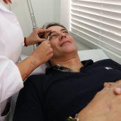 Vaidoso, Marcello Antony faz as sobrancelhas com pinça em salão de beleza no Rio