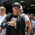Neymar faz o sinal de ok para o fotógrafo, já em Barcelona, na segunda-feira, 3 de junho de 2013. É o promeiro registro do jogador na Espanha