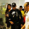 Neymar desembarca em barcelona acompanhado da namorada, Bruna Marquezine