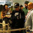 Bruna Marquezine dançou no 'Domingão do Faustão' e correu para os braços do namorado. A atriz viajou com Neymar para Barcelona