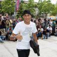 Neymar sorri para fotos antes de entrar no escritório do FC Barcelona
