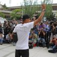 Neymar acena para fãs e imprensa