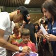 Neymar atende torcedore ao sair do Hospital de Barcelona