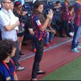 Bruna Marquezine tira fotos do namorado no gramado do Camp Nou. A atriz vestiu a camisa do Barcelona