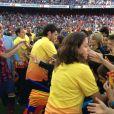 Neymar faz sucesso com as crianças durante a apresentação à torcida do Barcelona no Camp Nou