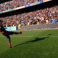 Neymar bate uma bola no Camp Nou, no dia 3 de junho de 2013, durante a apresentação à torcida do Barcelona