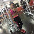 Klara Castanho posou na sala de musculação na academia onde pratica exercícios físicos e deixou alguns seguidores assustados por malhar aos 14 anos