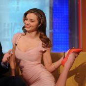 Top Miranda Kerr exibe flexibilidade e quase mostra demais em programa de TV