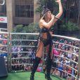 Alinne Rosa usou look decotado ao se apresentar durante a 19ª Parada do Orgulho LGBT
