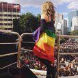 Wanessa se enrolou na bandeira do Orgulho LGBT durante a Parada na Avenida Paulista, em São Paulo