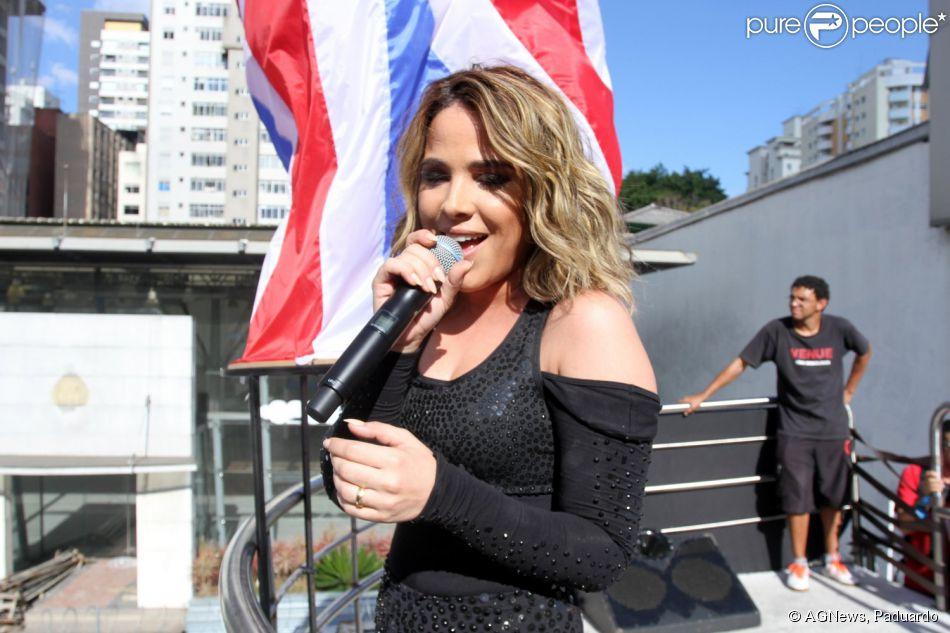 Wanessa usou look todo preto para se apresentar na 19ª Parada do Orgulho LGBT, em São Paulo