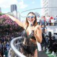 Alinne Rosa usou look decotado e cheio de franjas durante a Parada do Orgulho LGBT