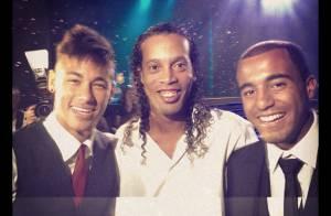Neymar recebe prêmios e posta fotos com a irmã e amiga no Bola de Prata 2012