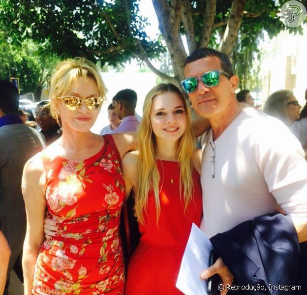Antonio Banderas e Melanie Griffith, que se divorciaram há um ano, se reuniram para celebrar a formatura da filha