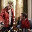 Niko (Thiago Fragoso) serve o café da manhã para Eron (Marcello Antony), em cena de 'Amor à Vida'
