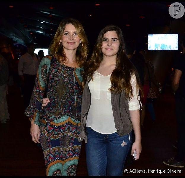 Cláudia Abreu foi ao show de lançamento do primeiro álbum da banda Dônica na Miranda, Zona Sul do Rio de Janeiro, nesta terça-feira, 9 de junho de 2015, na companhia da filha mais velha, Maria, que impressionou pela semelhança com a atriz