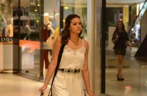 Bruna Marquezine usa vestido longo e sandália rasteirinha para ir às compras