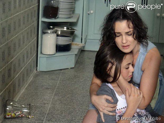 Paulinha (Klara Castanho) passa mal e é levada para o hospital em 'Amor à Vida'. A cena vai ao ar em 11 de junho de 2013